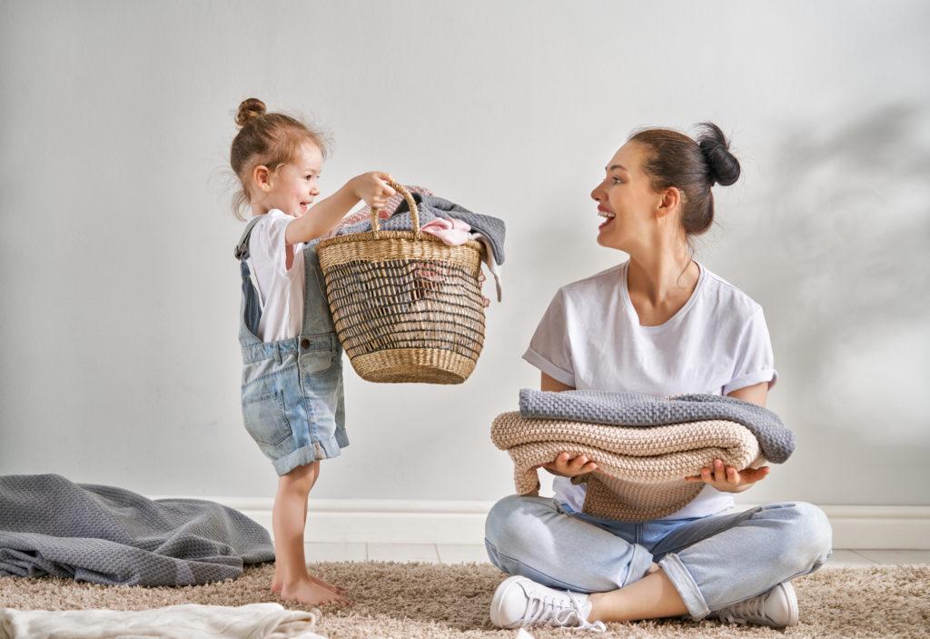 niños ayudando en casa