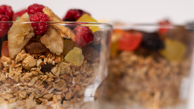 Vasitos de cereal con yogurt, un postre rápido y divertido
